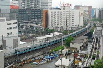A JR Negishi line train at Yokohama Station