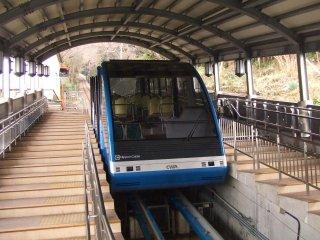 Kereta gantung akan mempermudah Anda menaiki atau menuruni gunung
