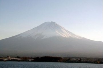 笼罩在烟云中的富士山