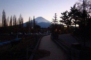 夜幕下的美丽富士山