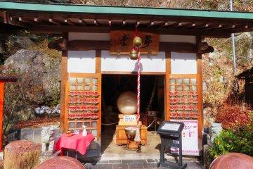 日本最大的水晶球(直径85厘米,重850公斤)
