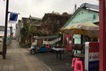 多元文化的城市--曼谷餐厅与嘟嘟车。