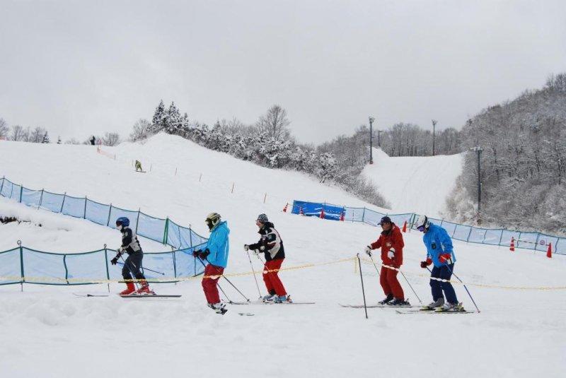시즌의 첫 스키어들은 슬로프에서 스키를 탄다.