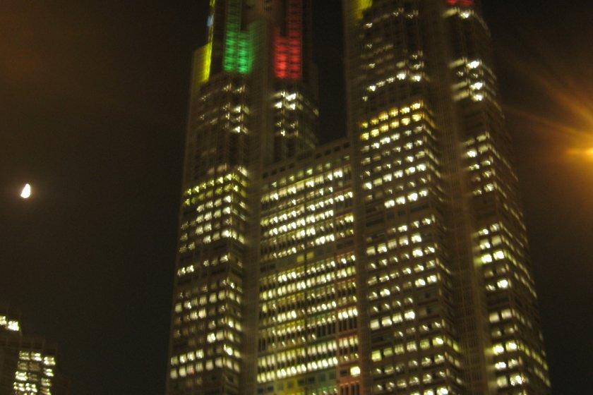 在奥运五彩灯衬托下的东京都厅大楼