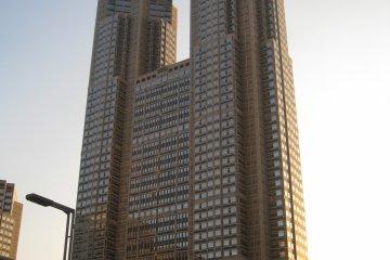 白天看到的都厅大楼
