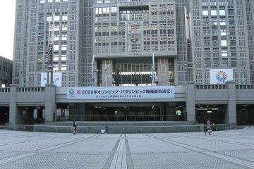 广场上挂起了庆祝申奥成功的条幅