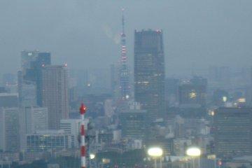 可以看到远处的东京塔也亮起了奥运五彩灯