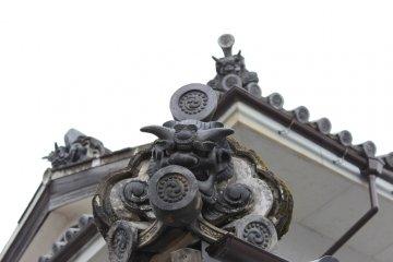 <p>Gargoyles on rooftop.</p>