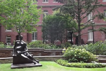 <p>A statue and lawn in the garden</p>