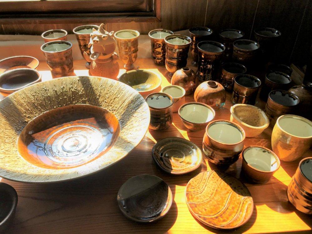 The range of Shitoro-yaki pottery at Hikoji-gama Pottery Art Studio