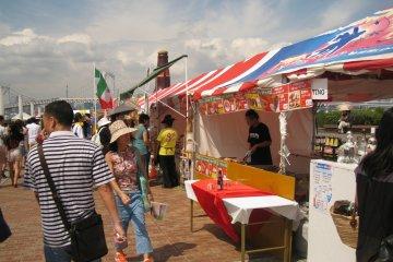 广场上有卖各种小吃的