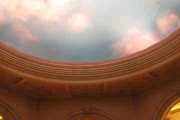 充满欧洲风情的商场。房顶都是天幕设计。