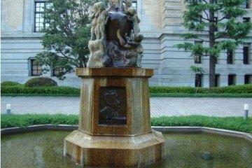 儿童图书馆前的雕像
