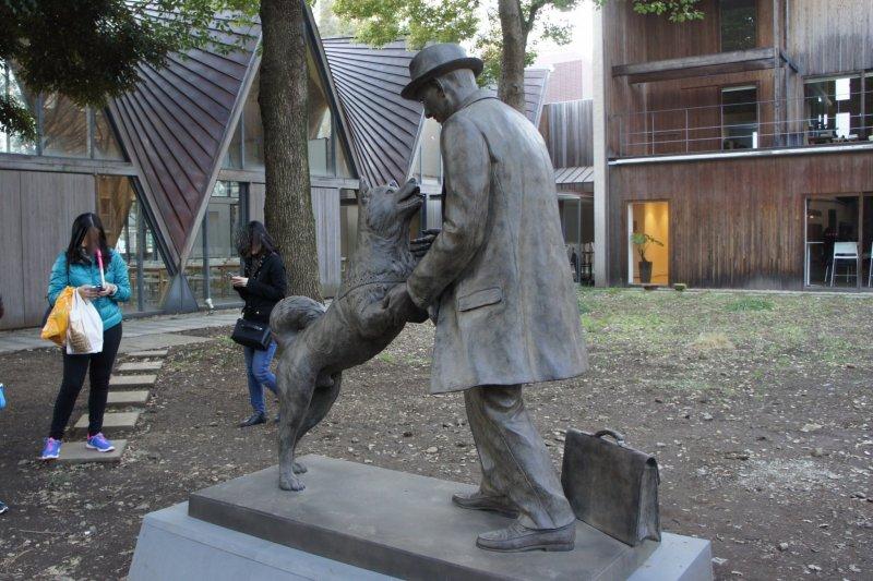 Statue of Hachiko & Hidesaburo Ueno (cropped)
