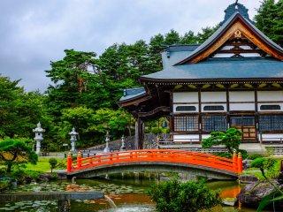 O templo mais impressionante situa-se no topo da colina, e vale bem a pena a caminhada