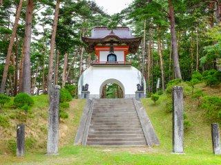 A entrada da peregrinação tem um belo portão e um longo passeio que leva à entrada principal do templo