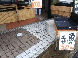 池のすぐ隣にある商店では魚の餌(パン)が売られています。朝早かったので店頭には並んでいなかったのですが、お店の人がすぐにパンを切ってくださいました(^^)