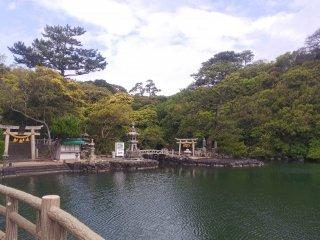 明神池と厳島神社