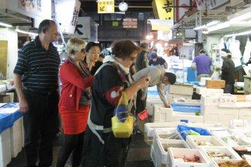 筑地市场的外国游客