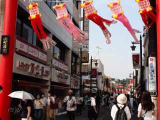 Young and old, men and women, fill the streets of Komachi even during the State of Emergency