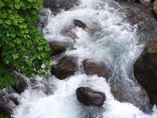 تيار الماء من الجسر المعلق في قرية شيراهون