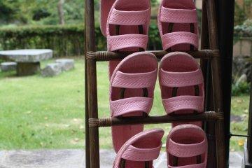 <p>ใส่รองเท้าแตะนี้ที่เตรียมไว้เพื่อเข้าออนเซน</p>