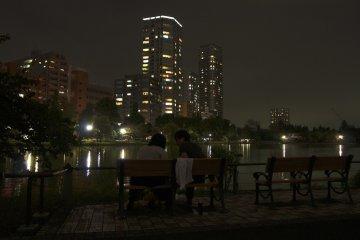 시노바즈 연못은 커플들에게 인기 있는 로맨틱한 장소