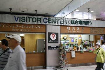 필요 시 여러분을와줄 방문자 센터. 역 안내소는 왼쪽에 있고, 관광 안내소는 오른쪽에 있다.