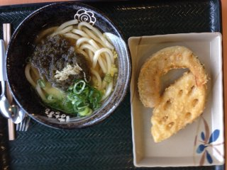 Овощная тэмпура отлично сочетается с горячим удоном с тертыми морскими водорослями