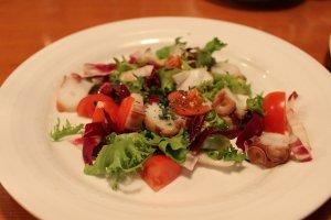 タコのサラダ。野菜との組み合わせが素晴らしい