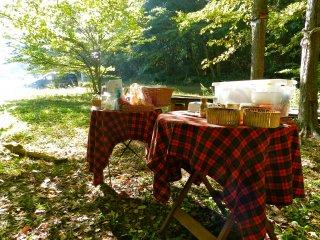 음식과 커피가 놓여진 아기자기한 소풍 테이블 보