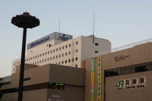 Chiêm ngưỡng khách sạn từ cửa ra phía Đông của Ga Takasaki