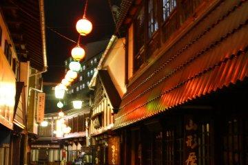 <p>เดินผ่านถนนที่ประกาศก้องถึงวันเวลาก่อนเก่าของญี่ปุ่นเพื่อไปยังสวนไซ โนะ คะวะระ</p>