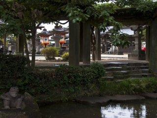 多くの神社には美しい庭園があり、その空間は静寂に包まれている。