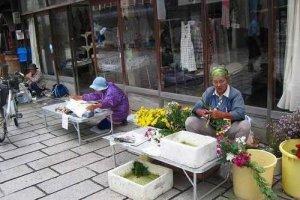 大野市内、七間通りに毎朝立つ「七間朝市」は400年の歴史を誇る