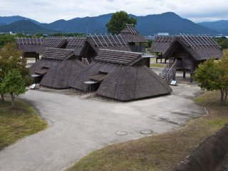 Kuratoichi: This area is believed to have been Yoshinogari's commercial center, featuring a large market and storehouses for trade goods.