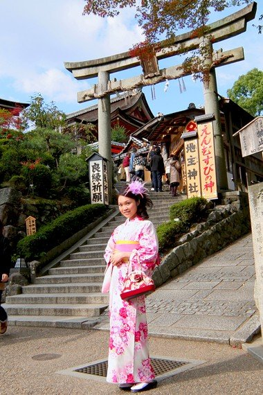地主神社門口絕對是拍照熱點,畫面超可愛。