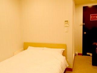 房間十分乾淨整齊,面積雖細,但有足夠空間執捨行李, 雙人床有四尺半,不錯,重點是價格很便宜,以二人一房為例,住了4晚,最貴一晚7000Yen,最便宜一晚5600YEN。,