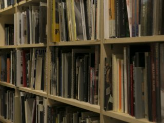 서점에는 다양한 책들이 구비되어 있으며 저는 뭘 사야할지 고르는 데 한참 걸렸습니다.