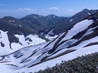 Последние зимние снега задержались на склонах