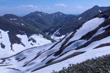 겨울 눈이 산비탈에 아직 남아 있다.