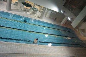 25メートル3コースの温水プールは公認プール。写真下のレーンは水中歩行専用