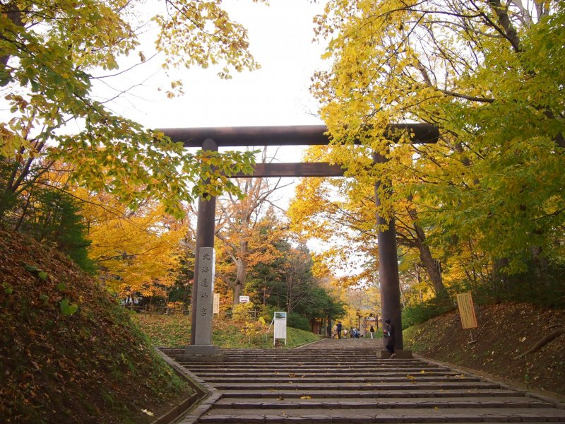 <p>The entrance to the Hokkaido Jingu from Maruyama Park, which is covered by trees in their fall colour.</p>
