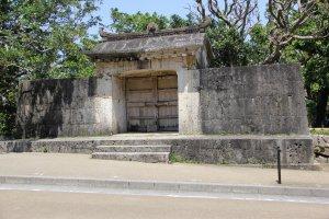 La porte de pierre du Sonohyan-utaki, en face du château de Shuri, était la sortie réservée exclusivement au roi lorsqu'il partait rendre visite à son peuple