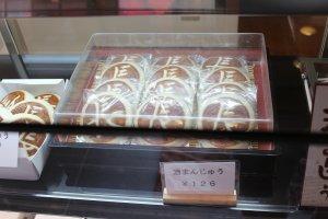 酒まんじゅうの「長」の焼印は創業者、西坂長次郎の名前の一字から取ったものだ