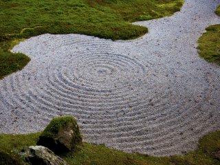 Cepillar la grava en un patrón semejando las olas tiene una función estética. Los monjes Zen practican este cepillado para mejorar su concentración