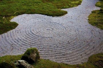 <p>Cepillar la grava en un patr&oacute;n semejando las olas tiene una funci&oacute;n est&eacute;tica. Los monjes Zen practican este cepillado para mejorar su concentraci&oacute;n</p>