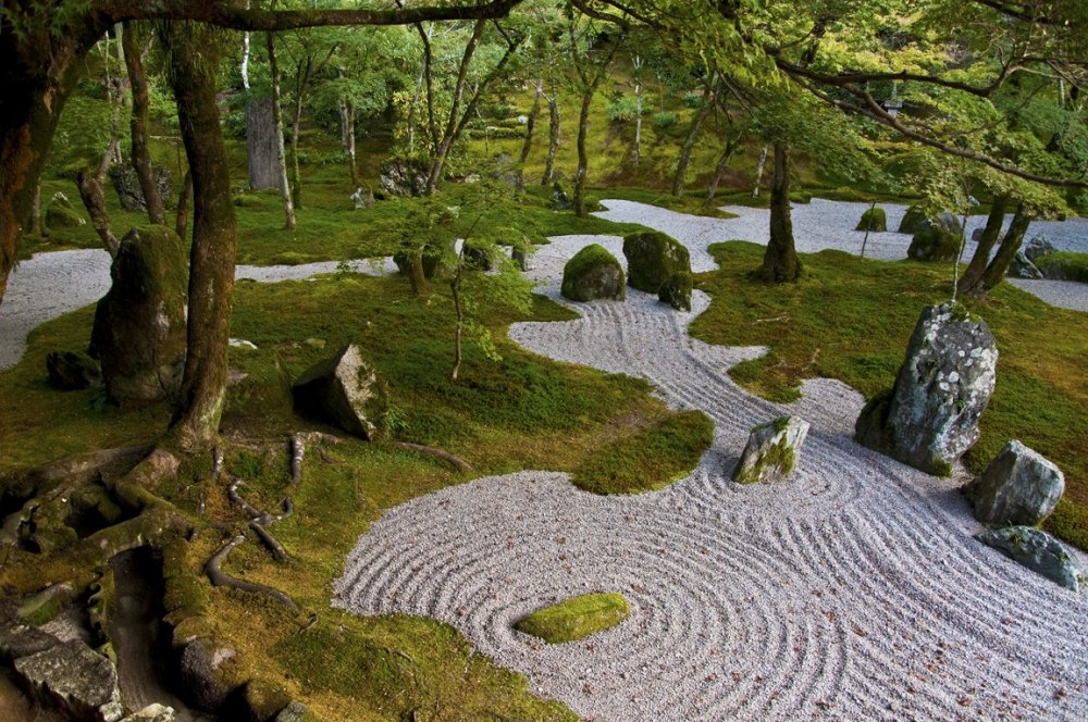 Moss plants and white sand in the inner garden represent the land and the vast ocean respectively. Stone arrangements and other miniature elements are used to represent mountains and natural water elements and scenes, islands, rivers and waterfalls.
