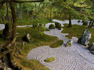 Musgo y arena blanca en el jardín interior representan la tierra y el vasto océano respectivamente. Arreglos de piedra y otras miniaturas son utilizados para representar elementos y escenas naturales, islas, ríos y cascadas.