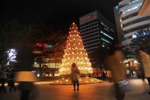 Pohon natal setinggi 10 meter di Roppongi Hills